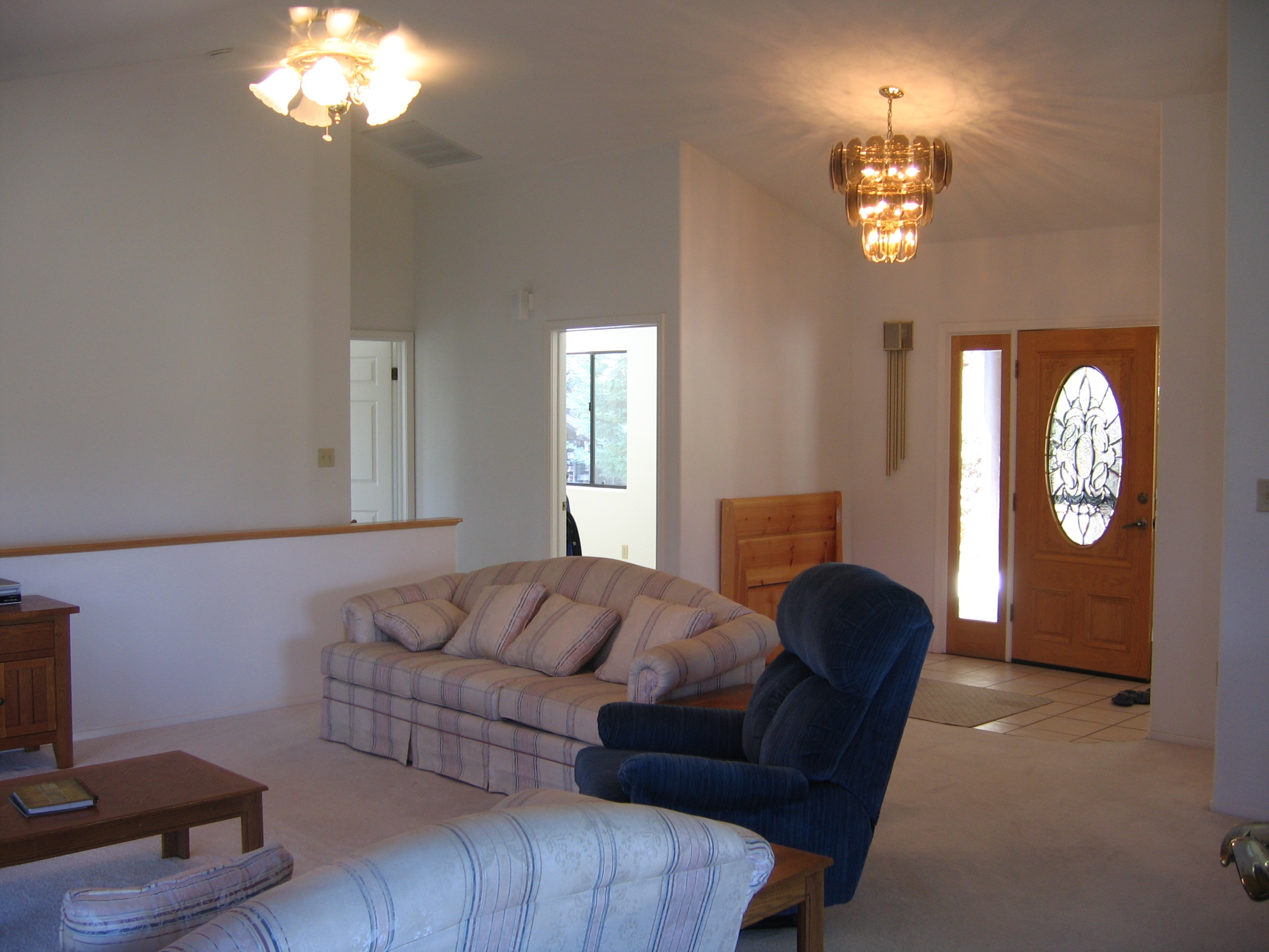 Logger 39 s retreat family vacation home info - Living room with front entry ...